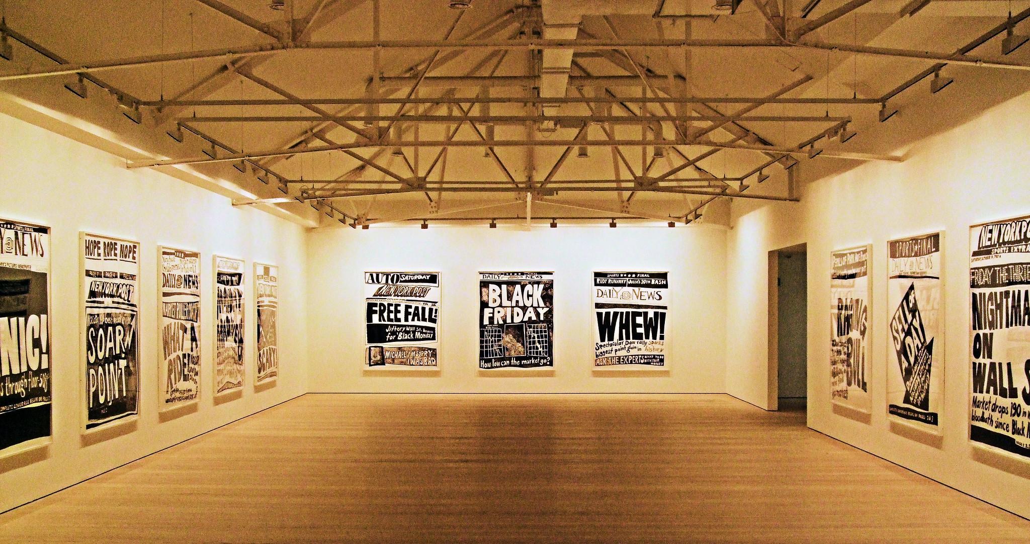"Exposición ""Stock Market Crash In The Saatchi Gallery, Chelsea - London. Aleksandra Mir (2007)"".  Foto de Jim Linwood"